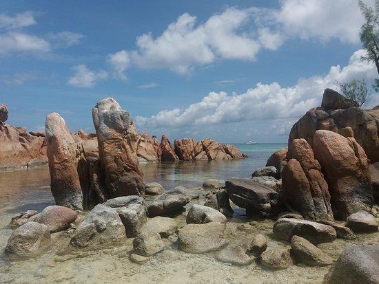 Anse Volbert: l'isolotto con le rocce