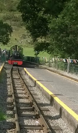 Ravenglass, UK: Train approaching Eskdale station