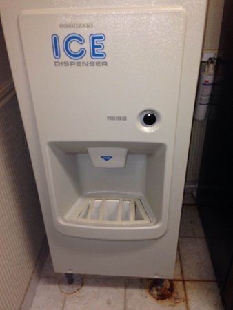 Quality Inn & Suites Houston: dirty ice machine 2nd floor