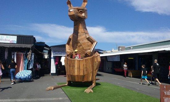 Carrara, Australia: canguru esculpido em madeira - fundos da feira
