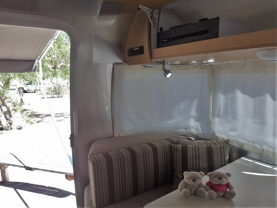 Firebaugh, Kaliforniya: 2bearbear inside Airstream at Mercey Hot Springs