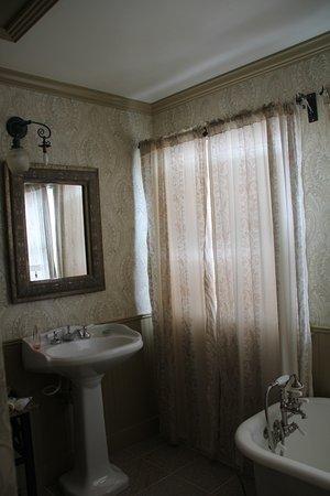 Grandview, Teksas: Rose Room bathroom