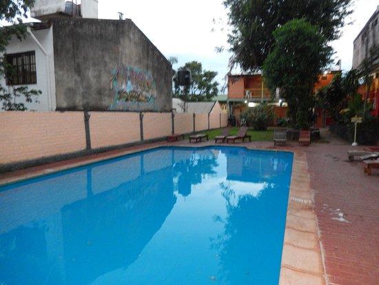 Hostel Park Iguazu: Piscina, al fondo cocina.
