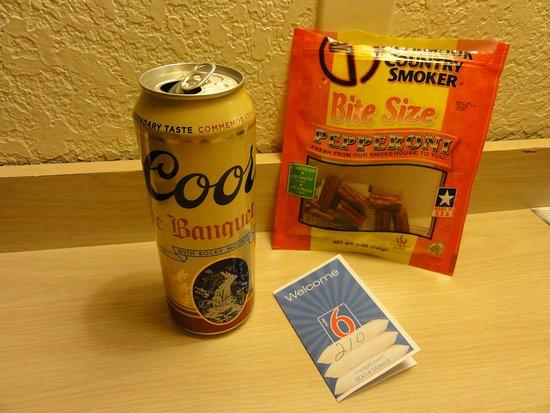 North Palm Springs, Californië: 遅かったので近くにあったコンビニでビールとジャーキーだけ。。