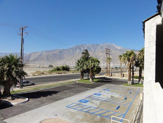North Palm Springs, Califórnia: 朝になりました。こんなに山が近くにあった。遠くの風車は風力発電