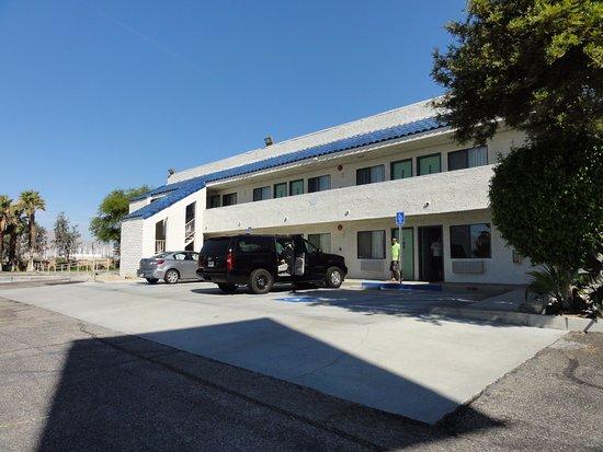North Palm Springs, Californië: 外観。朝だと分かり易い。白ベースの建物でヤシの木があちこちに