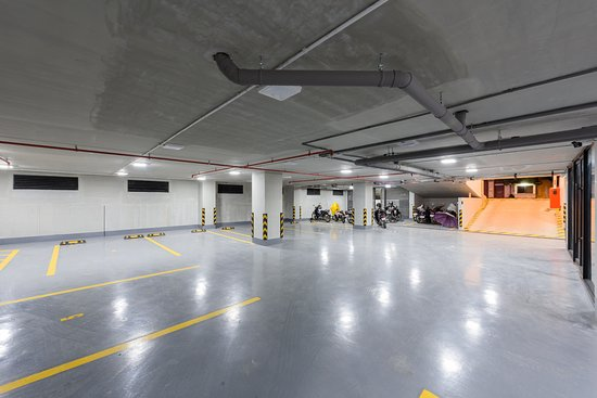 Ground floor parking space picture of mansion 51 hotel for Garage pasteur tours