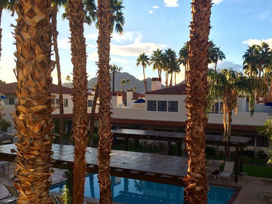 La Quinta, CA: Looking out on the pool just steps from our door