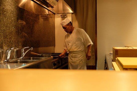 Sushi Bar Yasuda: Yasuda-san at work.