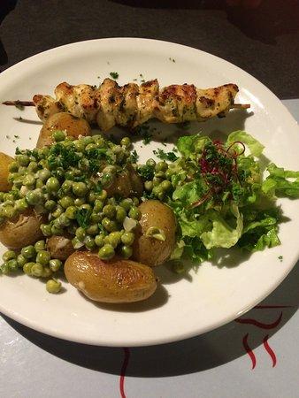 Mosnes, France: Photos de plats du midi, poulet bien mariné, risotto avec émietté de poisson très bien assaisonn