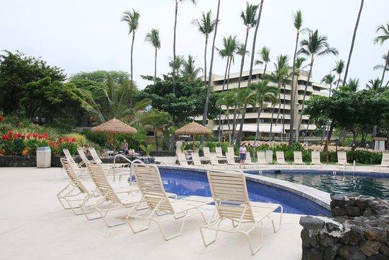 Royal Kona Resort: Kiddie pool and main pool.