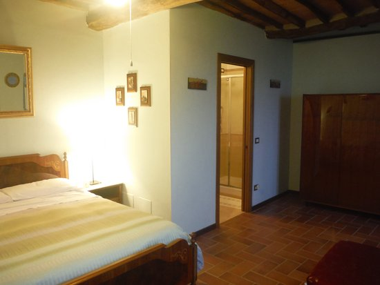 Ghivizzano, Italy: Victoria bedroom, bath and wardrobe