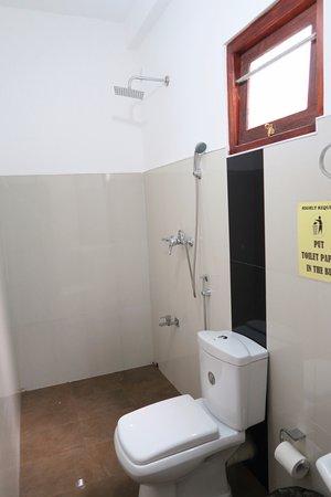 offene dusche holaa mirissa und toilette spritzschutz