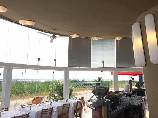 Pauillac, França: Vue depuis l'intérieur du restaurant