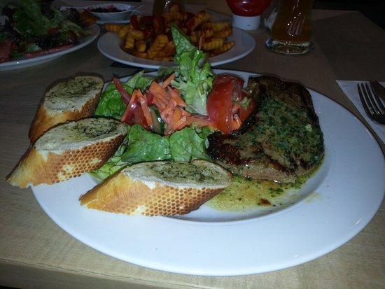 Spiegelau, Deutschland: Der Teller Angusrindersteak  mit Salat Pommes und Knoblauchbrot