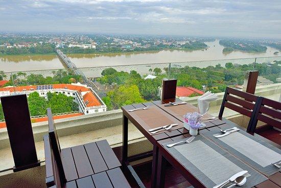 โรงแรม อิมพีเรียล: 屋上テラスからはフォン河や橋の先に旧市街や阮朝王宮が・・・