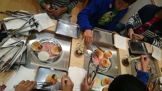 Noda, Japan: せんべいの手焼き体験