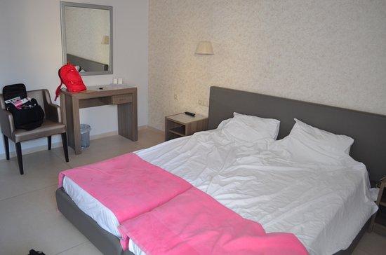 Astron Hotel: Chambre confortable...
