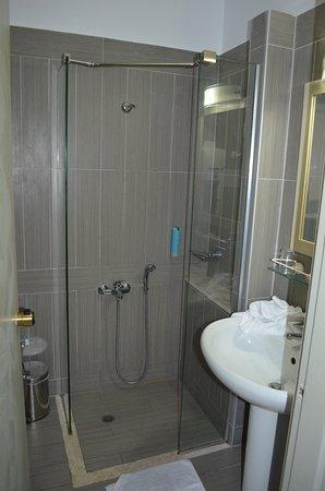 Astron Hotel : Salle de bains propre et efficace mais sans rideau de douche complet