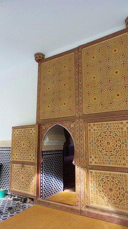 porta di legno di cedro - Picture of Moulay Ali Cherif Mausoleum ...