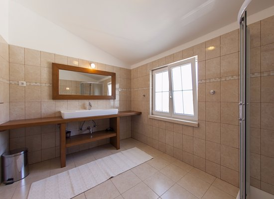Lumbarda, Croatie : Penthouse suite  bathroom