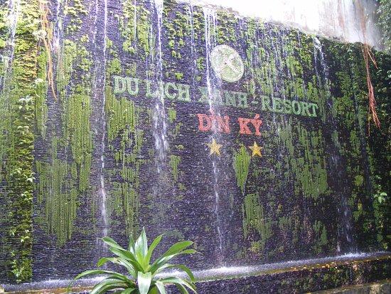 Tỉnh Bình Dương, Việt Nam: Bức tường rêu phong có hàng chữ Khu DL Xanh Dìn Ký, Lái Thiêu.