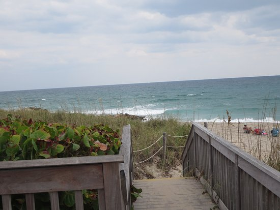 Deerfield Beach, Φλόριντα: There are emtrances to the beach along the boardwalk