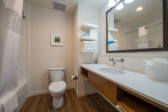 Waynesboro, GA: Standard bathroom