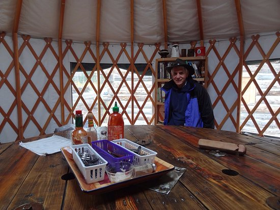 McCarthy, อลาสกา: Dinner Accoutrements in the Yurt
