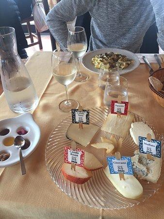 Trequanda, Italy: Formaggi con marmellate e miele. Dall'altro lato tagliatelle al tartufo