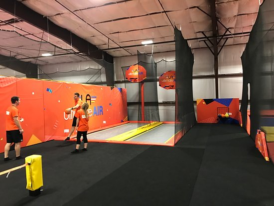 Jonesboro, AR: Ultimate Air Trampoline Park Basketball dunking!