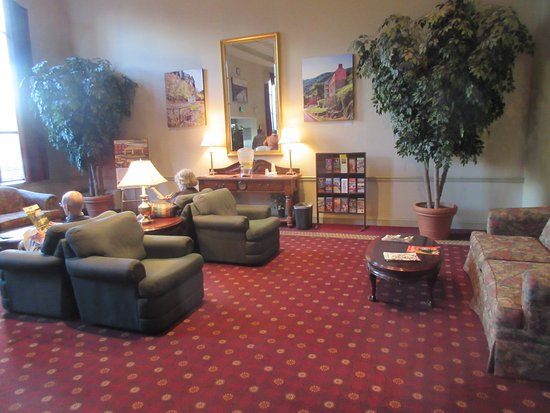 Clarion Hotel & Conference Center: Nice big lobby