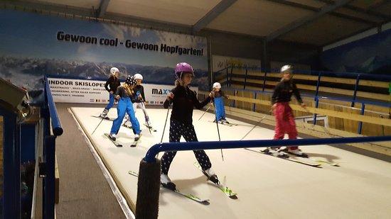 Hillegom, Nederländerna: Kinderen leren op een speelse manier skien