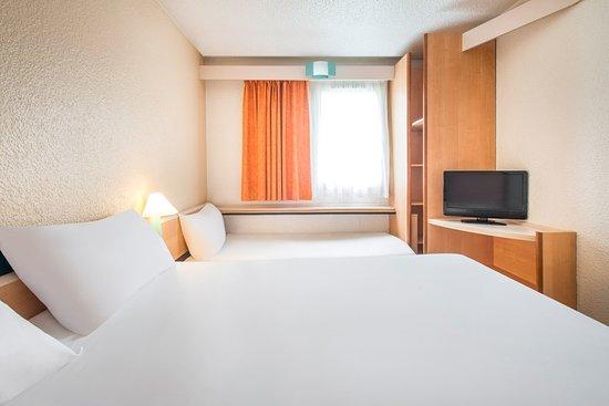 Chambre 1 grand lit 1 lit bureau pour enfant 12ans picture of