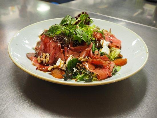 Westerbork, Países Bajos: Grand Café Salade, Ganda ham met biologische geitenkaas, walnoten & gedroogde abrikozen  Biersug