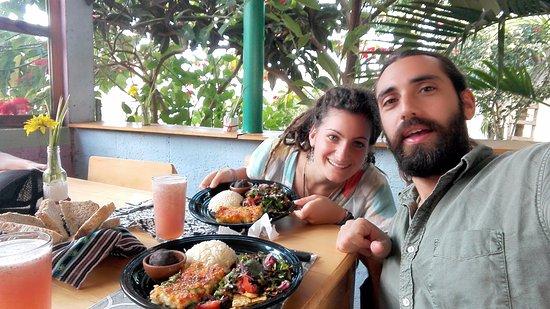 San Juan la Laguna, Guatemala: Here we are eating this beautiful food and chilling in the beautifull terrace facing the lake!!