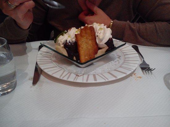 Le Neubourg, Frankrike: Banana split ,sauce chocolat ,glace vanille.....
