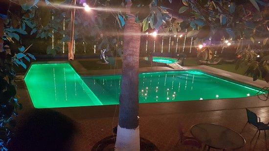 Hotel Medrano: Bonita alberca y Jacuzzi con agua tibia.