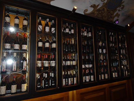 La cave à vin dans la salle à manger - Picture of Kogel Mogel ...