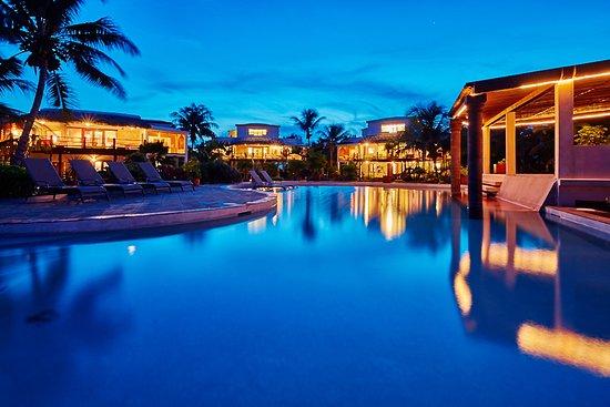 La Perla Del Caribe: Pool at dusk