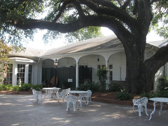 Natchez, MS: tables to sit and relax, enjoy the grounds
