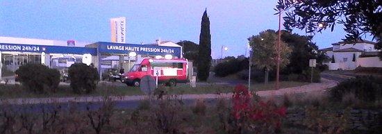 Perols, France: le camion sur la station de lavage auto, en face d'Auchan Pérols