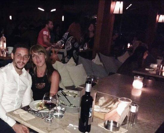 Alimos, Grecia: Una cena maravillosa, abundante ensalada y un gran vino griego Atelier.