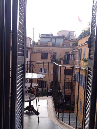 Condotti Hotel: Particolare del soffitto nella camera all'ultimo piano della dépendance e vista sui tetto dal te