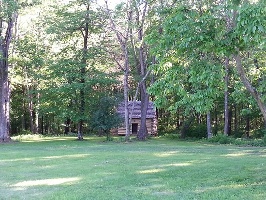 Jeannette, Pensilvania: The beautiful log cabin on the grounds...
