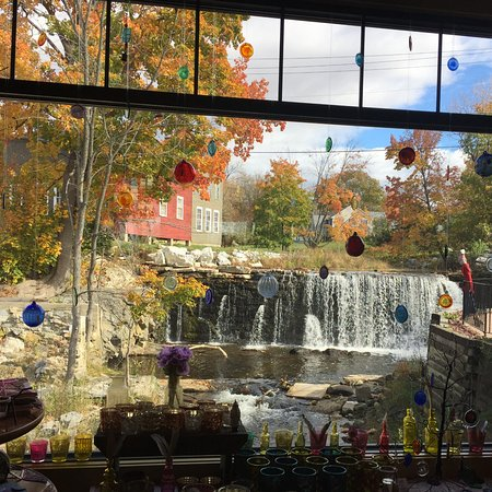 Brandon, VT: The view out the back window of the falls is amazing!