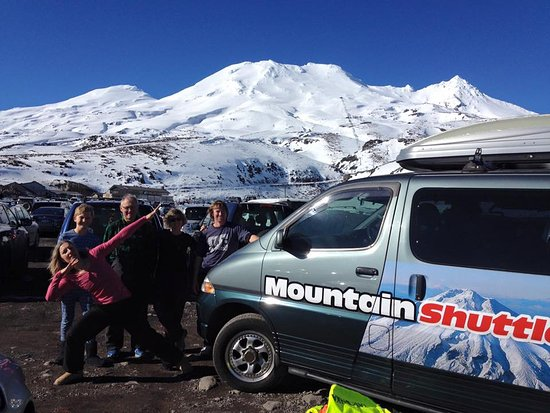 New Plymouth, Nuova Zelanda: Happy shuttle customers on a day-trip to ski Mount Ruapehu