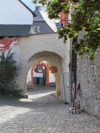 Ediger-Eller, Germany: Door 2 poorten naar het terras van Springiersbach