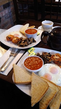 Chirk, UK: Serving lovely breakfasts in this case vegetarian. Very welcoming and super service, which is wh