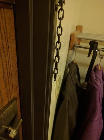 Anderson, Kalifornien: Door chain with no end to attach to door